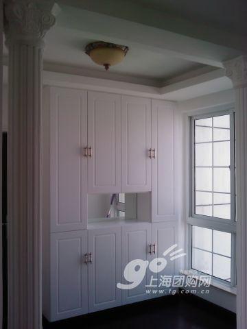 白色欧式的柜子,连旁边的柱子都是仿欧式宫廷的.图片