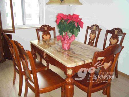 餐厅很中式的餐桌椅,地板颜色和桌面颜色很相近
