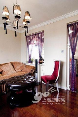 墙纸是金色暗花的.   紫色的纱质窗帘.   很欧式风格的窗台