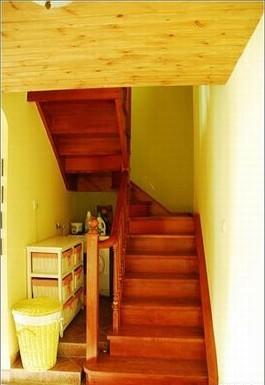 红色实木楼梯,有点狭窄,楼梯下的小小空间也用上了.