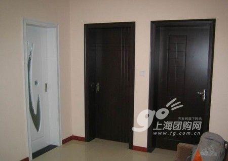 仔细看会发现两扇黑色的房门也不尽相同.   厨房的三灯和花砖.