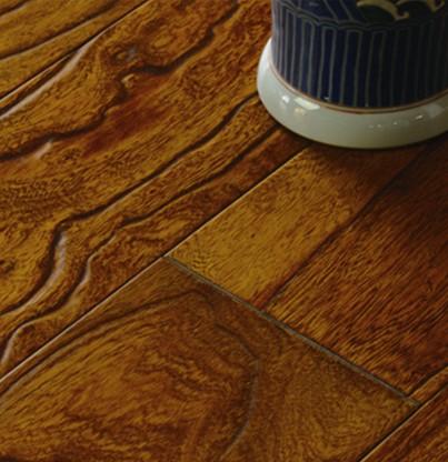 手工刨雕是根据每块地板的实际纹路精心设计