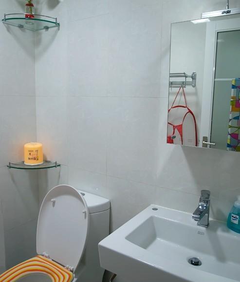 墙面铺31.6*45瓷片 . 虹吸式马桶. 半柱墙排洗脸盆. 热带雨林花洒.