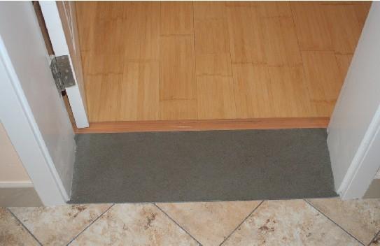 采用斜贴的方式,材质跟入户门处地砖相同,感觉效果还不错.