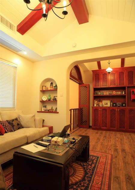 黑色铁艺灯,深色实木地板,营造出一种沉静的氛围,而浅色墙壁,让整个