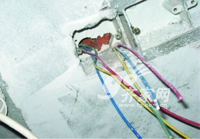 这张照片中顶部照明线路电工采用绝缘胶带包裹后埋入是错误的做法