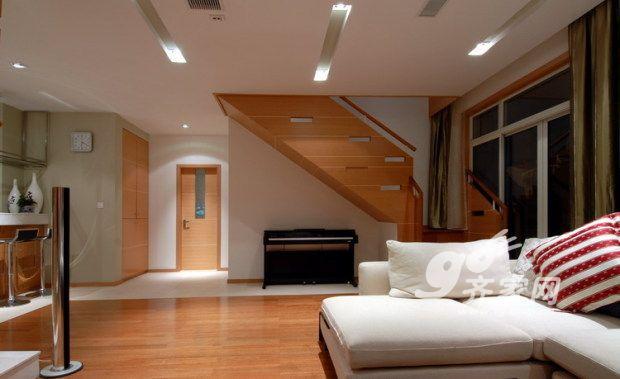 坐在沙发上可以看到上楼的楼梯图片