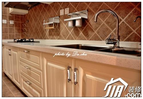 厨房整体的风格也是欧式的,体现在瓷砖花式的选择和橱柜门板的选择上.图片