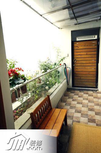 我家的简欧婚房装修  入户阳台,放了张椅子坐换鞋椅,阳台外的花花草草图片