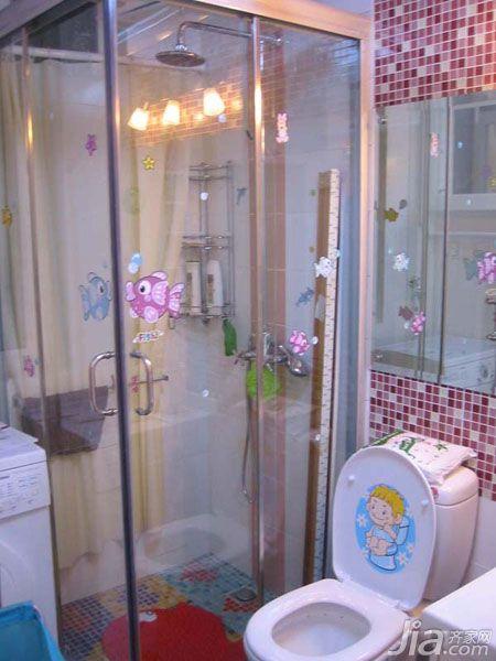 马赛克的瓷砖和可爱的卡通贴纸都给卫生间带来了童趣