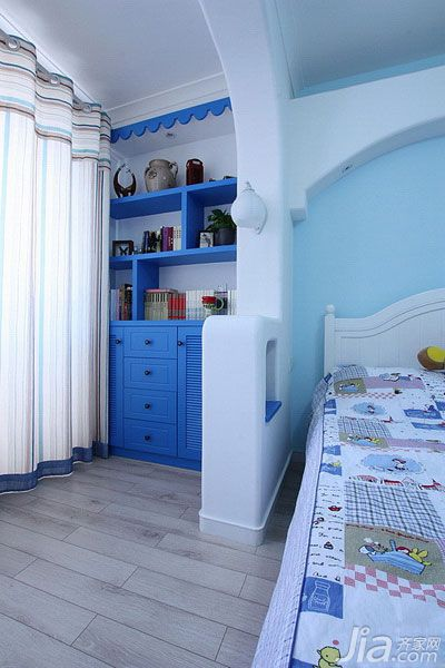 卧室的阳台,做成了书房.蓝色的书柜是由装修公司打造的.图片