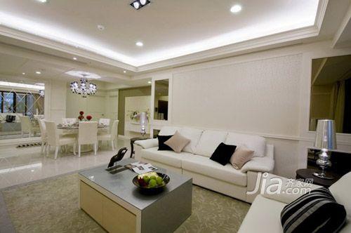 林志玲/家具上刻意选以低背沙发搭配的客厅,除符合沙发背屏的板线设计...