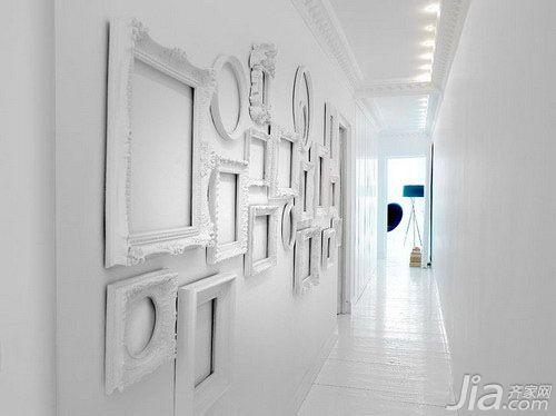 白色的过道,雕刻精致的石膏顶角线,欧式相框作为墙面装饰,是高清图片
