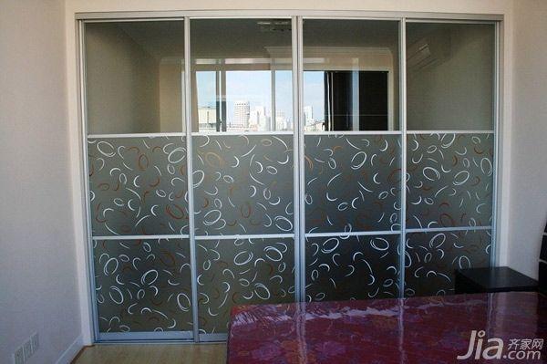 磨砂带花纹的玻璃门作为房门