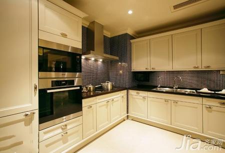装修 效果图/厨房是经典的黑白色调搭配,马赛克的墙壁增加了不少艺术感。