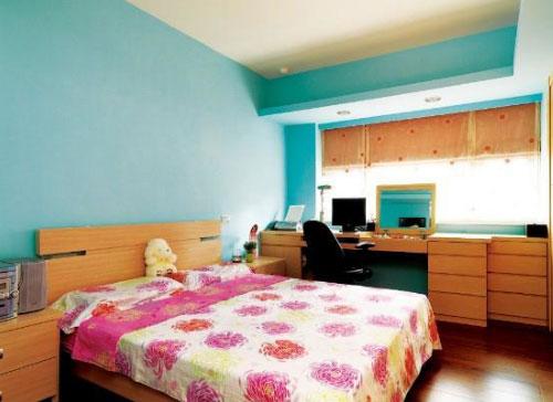 黄色 王文艳/蓝白色的暗花有小清醒的视觉享受,黄色的精致床头柜,明亮的...