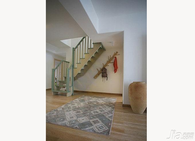 很符合美式一贯风格的楼梯,温馨深棕色和干净纯白色相衔接,再在楼梯扶手上辅助以铁艺的花样,朴素又大方。  一个非常个性大胆的家居设计,以清新原木色和稳重黑色相搭配的楼梯简单大方,镂空的楼梯间隙又给这个楼梯增添了几分年轻的时尚感。  透明玻璃打造的扶手充满时尚的质感,再以实木包裹,充满了性感的诱惑。  从地板到背景墙再到楼梯一律是由原木打造,仿佛整个人都被这种原木的清新感所包围了……  从养眼的清新绿色爬上这座楼梯开始,楼梯便变得活力感十足,充满了春天的新鲜气息。  这座楼梯充