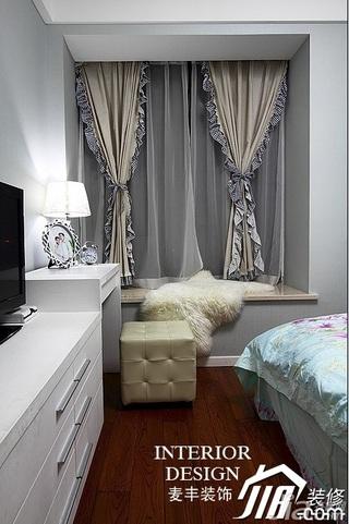 简约风格公寓经济型70平米卧室飘窗窗帘效果图