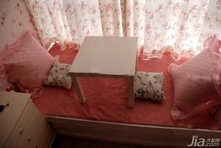 混搭风格公寓可爱粉色飘窗窗帘效果图