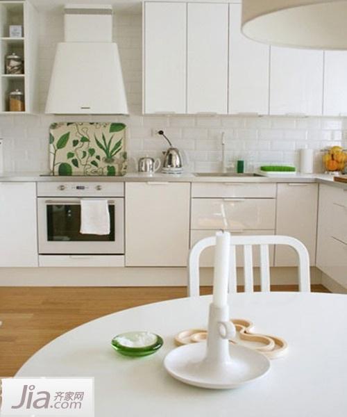 厨房电路插座等设置最好隐蔽,远离燃气.