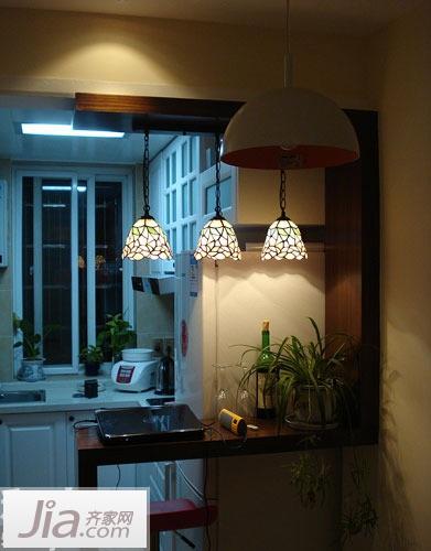 夜色下的小吧台,田园风格的小吊灯下充满了浓浓的温馨气息.