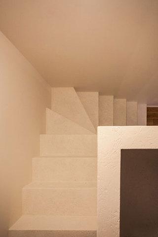 现代简约风格小户型温馨白色旋转楼梯装修效果图