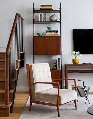 现代简约风格三室两厅时尚实木楼梯布艺沙发效果图