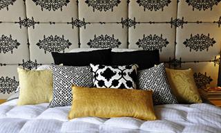 灰色和黄色的卧室床头
