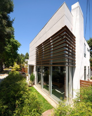现代简约风格卧室三层连体别墅实用阳台窗户图片