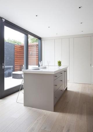 欧式风格三层小别墅简洁大理石餐桌效果图