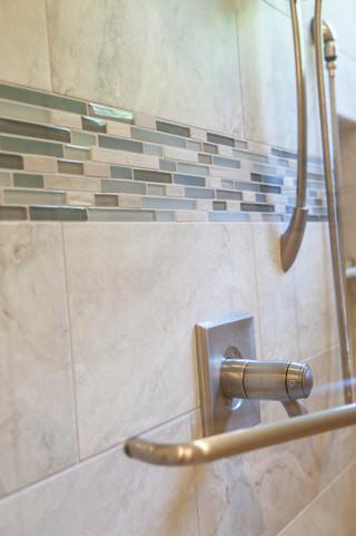 美式风格三层双拼别墅简单温馨主卫生间装修效果图
