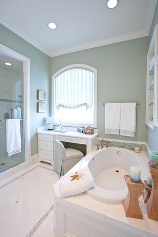 欧式风格三层半别墅豪华客厅带浴缸的卫生间效果图