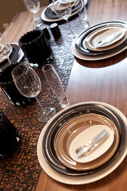新古典风格客厅三层别墅及豪华餐桌效果图