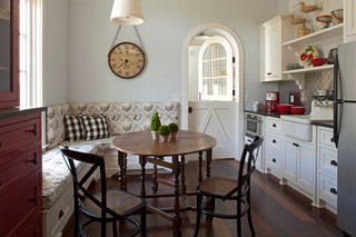 简约风格酒店公寓舒适实木圆餐桌效果图
