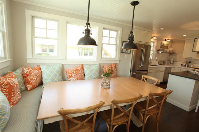 海边别墅卧室温馨暖色调红木家具餐桌效果图