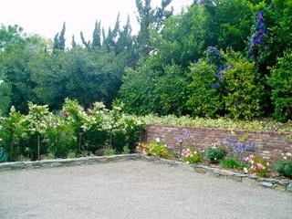 圣达菲牧场别墅花园景观 白色栅栏绿荫栀子花相映成趣