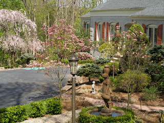 古典别墅花园装修 紫色绿色植物春意盎然