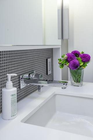 现代简约风格卧室复式浪漫婚房布置浴缸图片