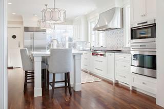 现代简约风格餐厅复式公寓简洁实木圆餐桌图片