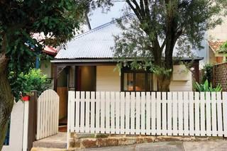 现代简约风格卧室浪漫婚房布置富裕型阳台护栏装修效果图