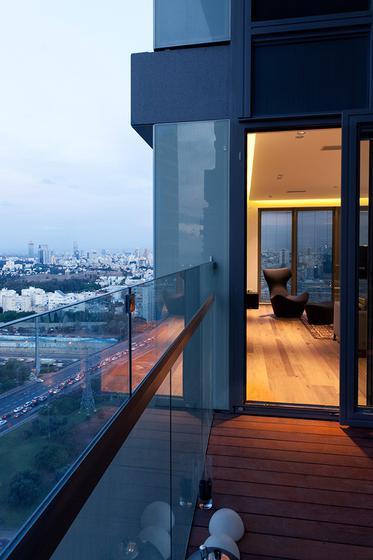 现代简约风格公寓豪华白色阳台门装修效果图