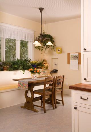 浪漫婚房布置米色6平方厨房实木餐桌图片