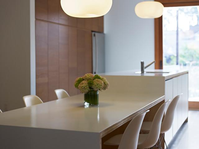 现代简约风格卧室简单实用实木圆餐桌图片