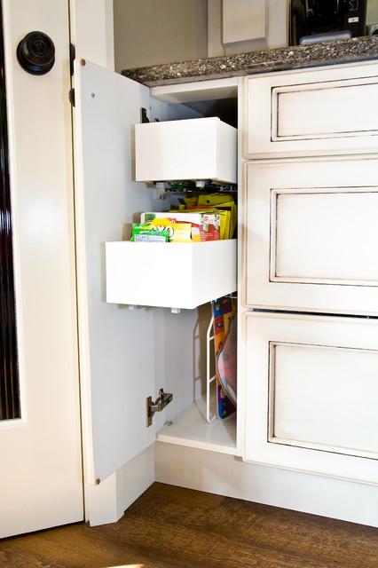 白色阶梯式橱柜