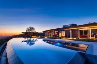 带超大泳池的造型另类的别墅