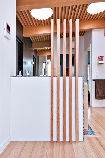 现代简约风格卫生间艺术家具条纹乌木家具UV板橱柜图片
