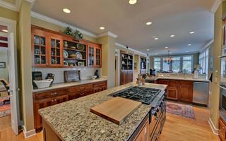 舒适暖色调2012家装厨房卧室与客厅隔断大理石餐桌图片