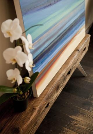 怀旧实木餐桌及老式灯具装点非一般私人空间