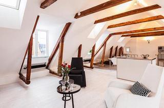 北欧充满活力的两层公寓