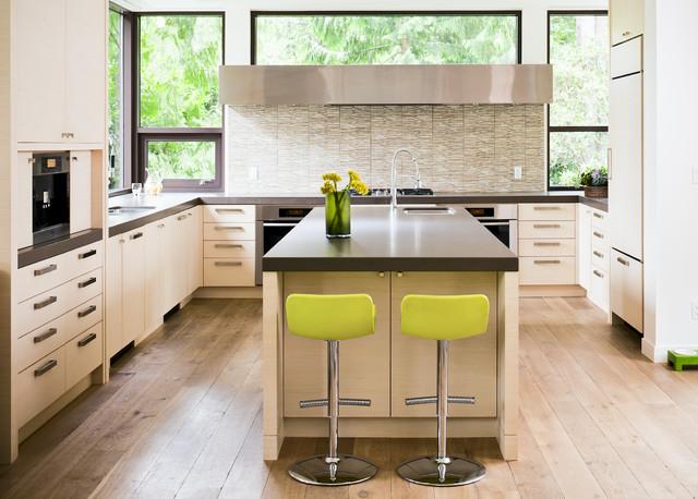 开放式厨房搭配落地窗 窗外绿意盎然